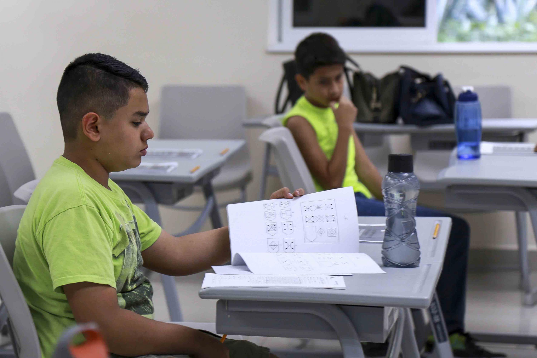 Un niño contestando la prueba de selección para futuros estudiantes del Cepac.