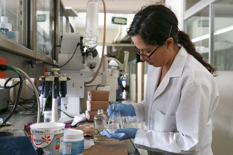 Trabajadora de laboratorio trabajando con un Matraz