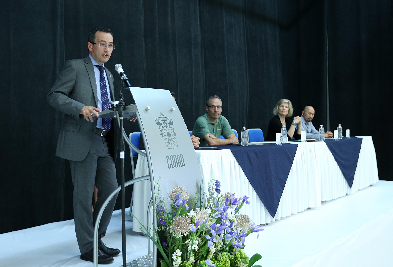Titular de la Coordinación General de Cooperación e Internacionalización (CGCI) de la UdeG, doctor Carlos Iván Moreno Arellano, haciendo uso de la palabra en el podio.