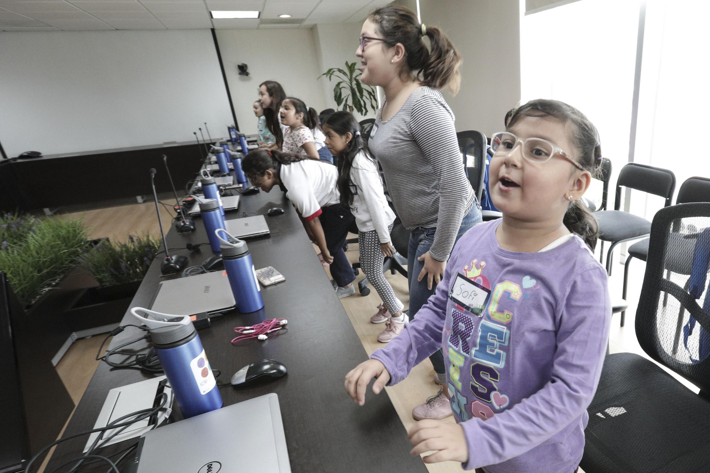 Niñas participando en los talleres de la Semana Nacional de NIÑASTEM PUEDEN.