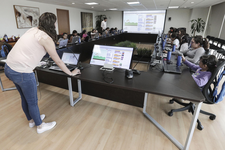 La Mtra. Irene Gómez Jiménez, Profesora de la Preparatoria 19, impartiendo el taller Programación con Arduino y bloques.