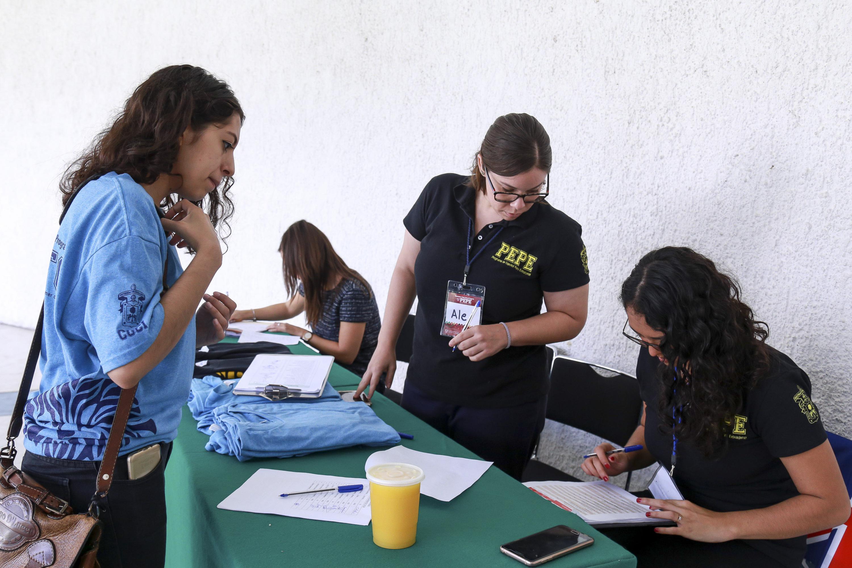 Estudiante del Programa de Español para Extranjeros (PEPE), registrándose durante la ceremonia de bienvenida.