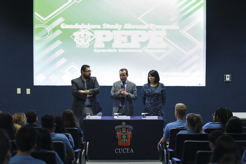 Autoridades organizadoras del Programa de Español para Extranjeros (PEPE), participando en la ceremonia.
