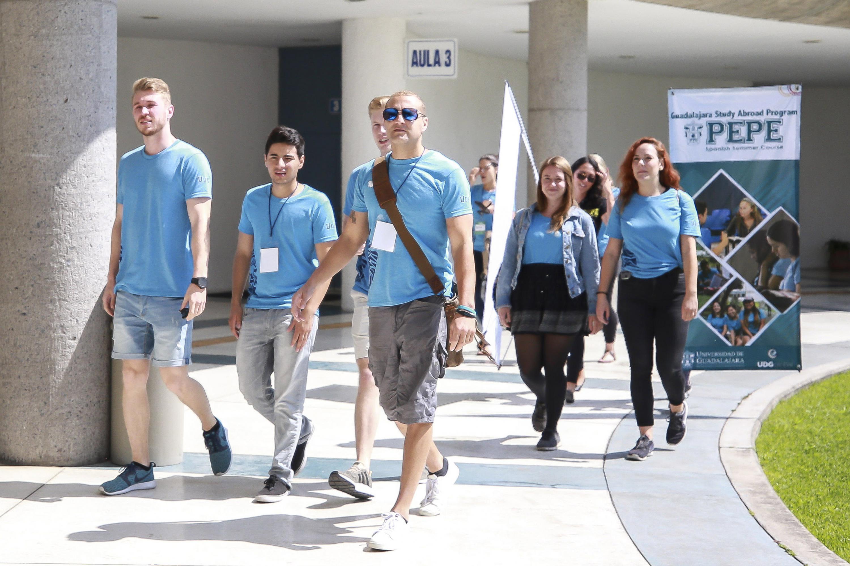 Estudiantes extranjeros, asistiendo a la ceremonia de bienvenida en el CUCEA.
