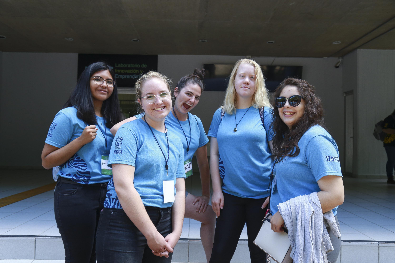 Estudiantes y miembros del Programa de Español para Extranjeros (PEPE), posando para toma de fotografía.