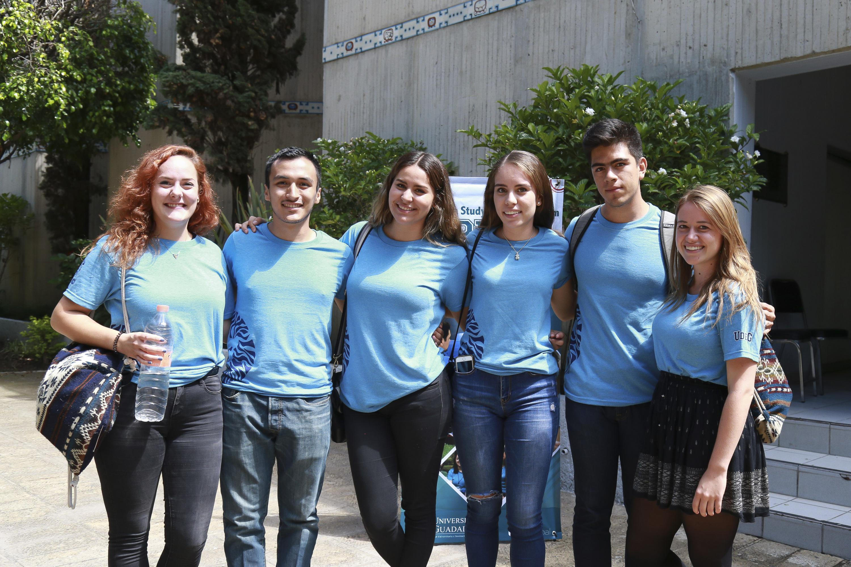 Estudiantes del Programa de Español para Extranjeros (PEPE), posando para fotografía grupal.