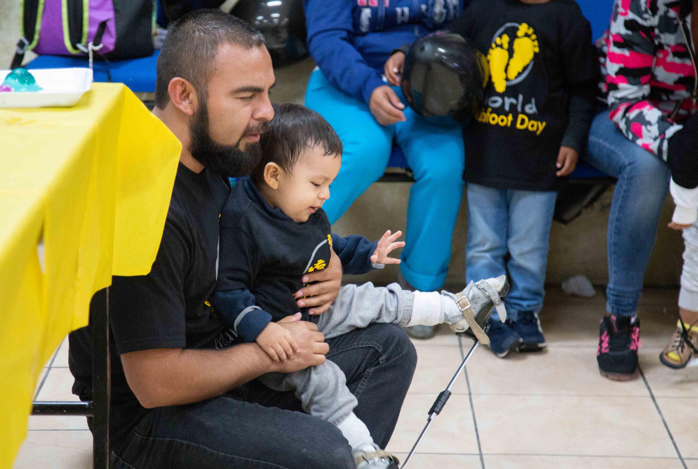 Paciente infantil cargado por su padre durante la celebración del Día Mundial del Pie Equino Varo, que se conmemoró el pasado 3 de junio.