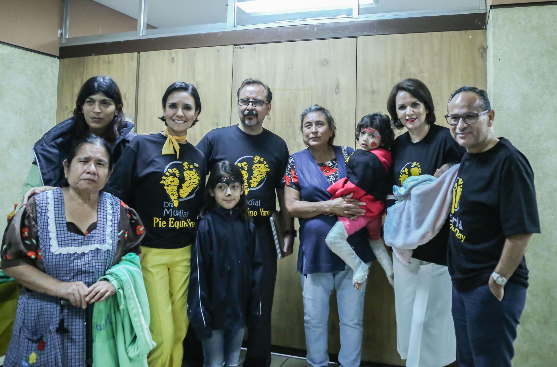 """Doctor Héctor Raúl Pérez Gómez, director general del Hospital Civil de Guadalajara """"Fray Antonio Alcalde"""", posando para la fotografía junto a una familia de un paciente"""
