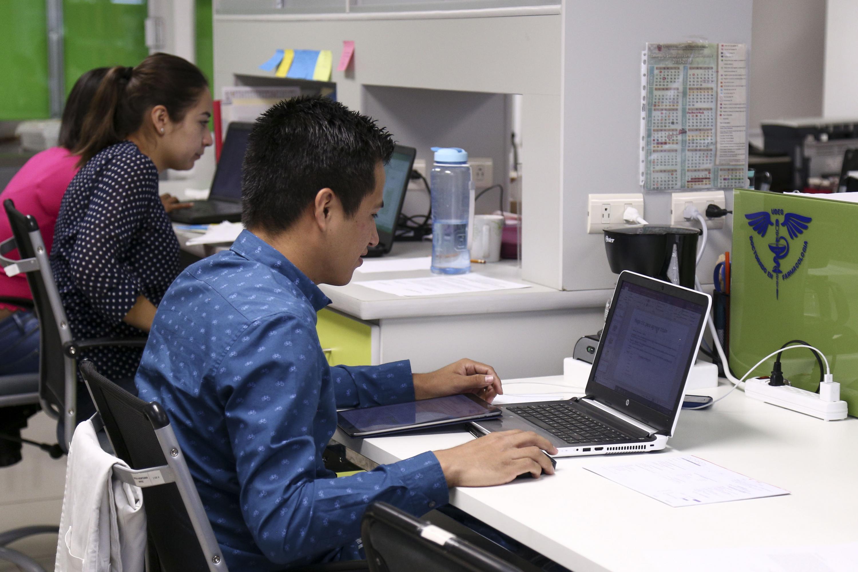 Integrante del equipo de investigadores, haciendo sus labores en una computadora portátil.