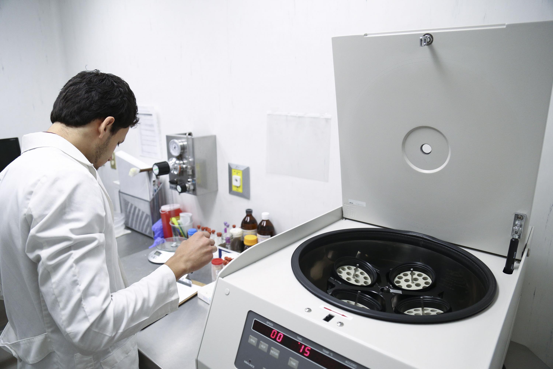 Especialista realizando pruebas a las muestras.