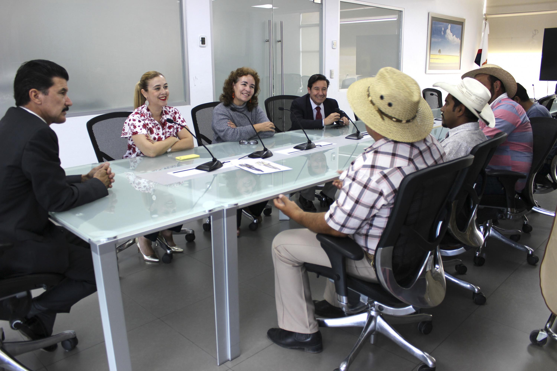 El Rector del CUAAD, maestro Ernesto Flores, la Coordinadora de la Licenciatura en Diseño de Modas, maestra Noelia Agulló y la diseñadora de alta costura, maestra Bertha Gutiérrez Limón, hablando con los calandrieros.