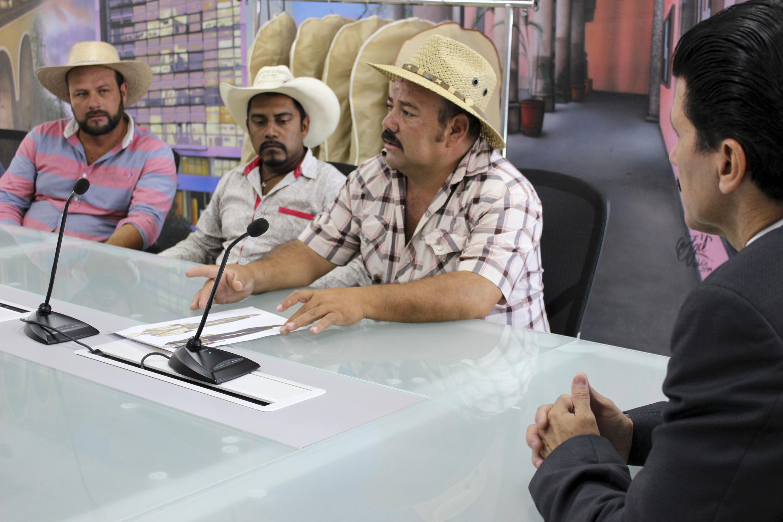 Calandrieros de Guadalajara hablando con las autoridades del CUAAD.