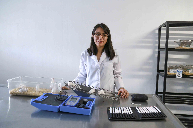 Maestra Dalia Samanta Aguilar Ávila, estudiante del doctorado en Ciencias en Procesos Biotecnológicos, del CUCEI, trabajando con ratones en un laboratorio