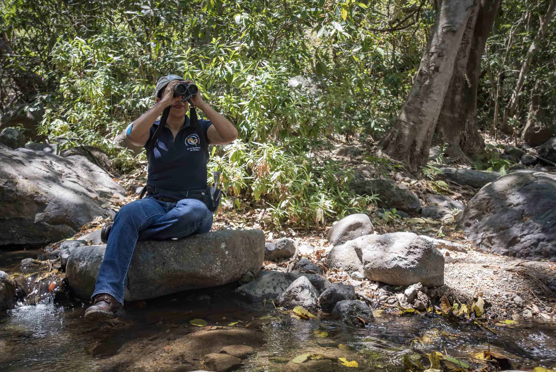 La doctora Sarahy Contreras Martínez observando a través de los binoculares.