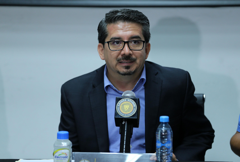 Presidente de Leones Negros, maestro José Alberto Castellanos Gutiérrez, durante rueda de prensa