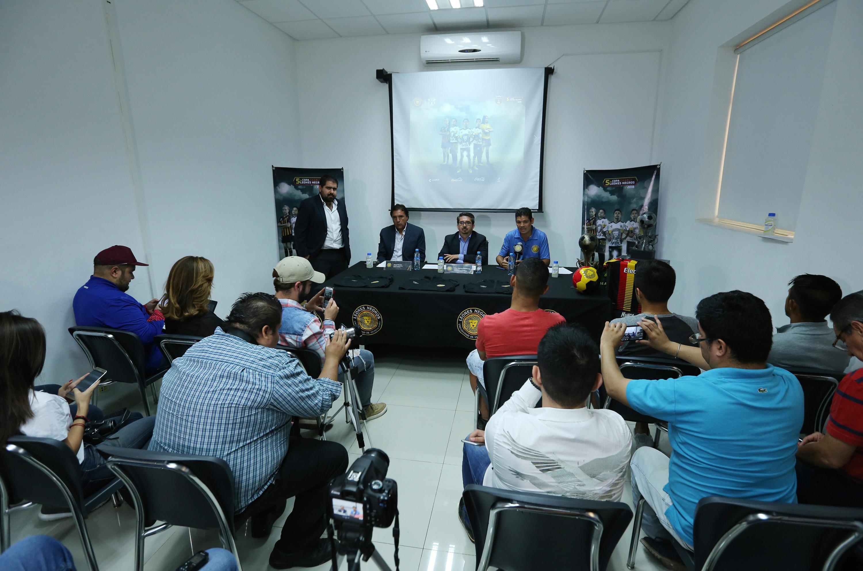 Presidente de Leones Negros, maestro José Alberto Castellanos Gutiérrez, el timonel de la escuadra, Jorge Dávalos, durante rueda de prensa