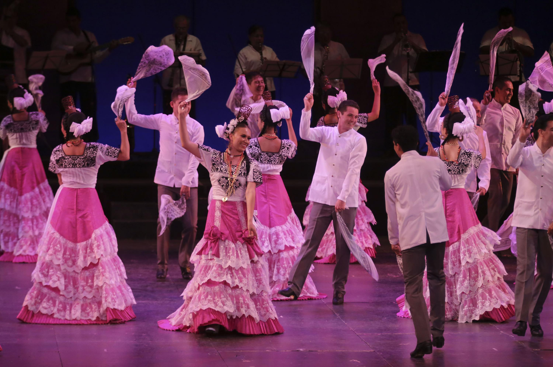 Parejas del Ballet folclorico bailando un danzon
