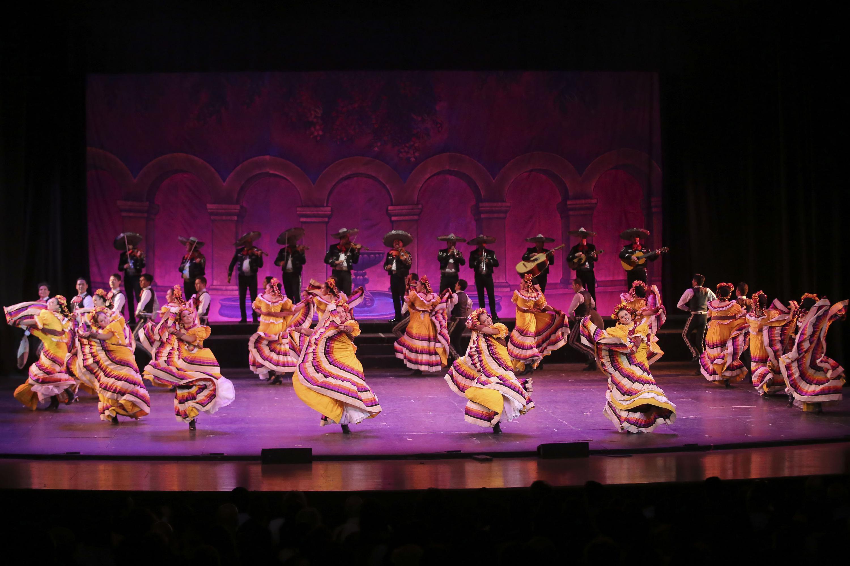El espectáculo concluyo con bailes de sones jaliscienses