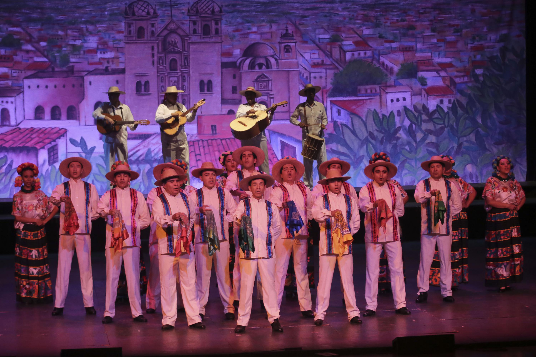 Conjunto de bailarines masculinos en el segmento dedicado a Michoacan