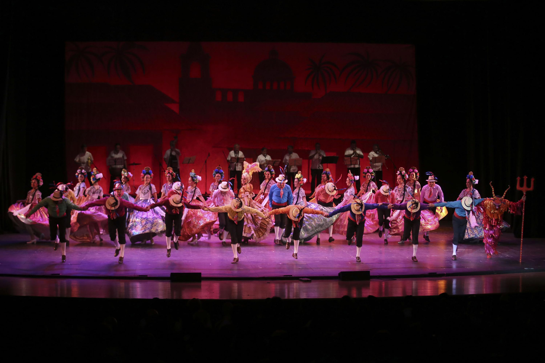 El ballet folclorico agradece al publico al final del segmento dedicado a Campeche