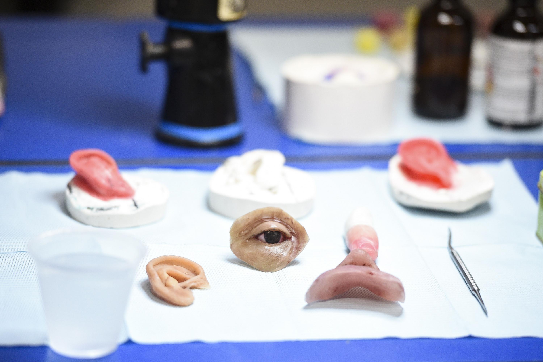 Protesis de diferentes partes del rostro humano: ojos, nariz, labios y oídos.