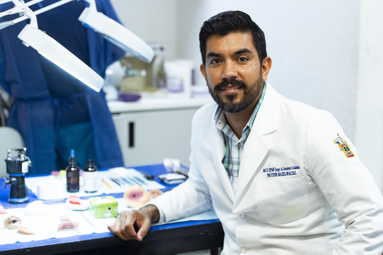 Doctor Jorge Alberto Guerrero Galarza, responsable de la clínica de Prótesis Maxilofacial, del Centro Universitario de Ciencias de la Salud, en instalaciones de su clínica.