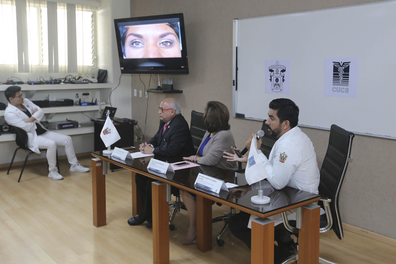 Doctor Jorge Alberto Guerrero Galarza, responsable de la clínica, con micrófono en mano haciendo uso de la palabra durante exposición y charla de las actividades que se realizan en la clínica.