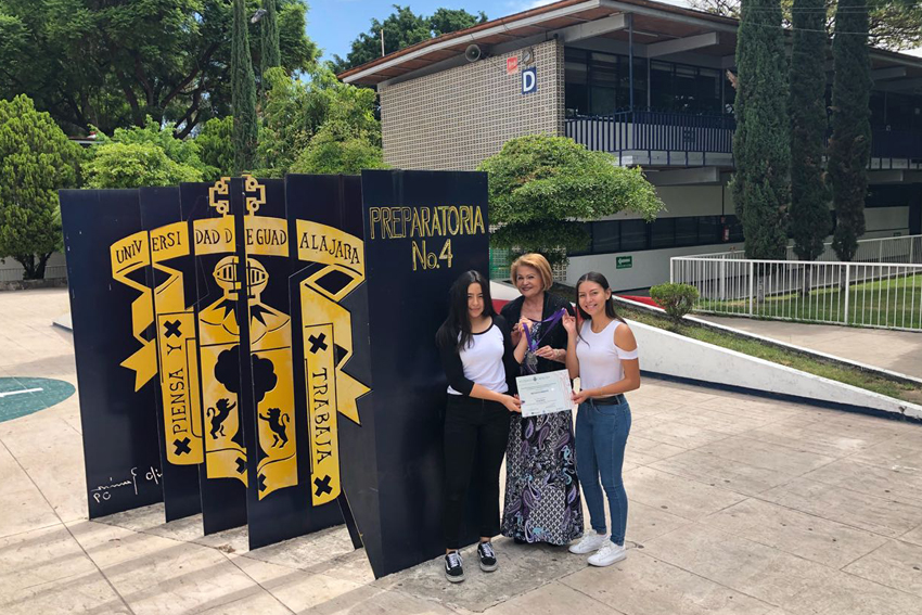 Ganadores de la presea de platino del concurso Código Ciencia,  Carmen Citalli Navarro Rentería, Selene Karyme Díaz Arias y su asesora, la maestra Hildelisa Sánchez Félix.