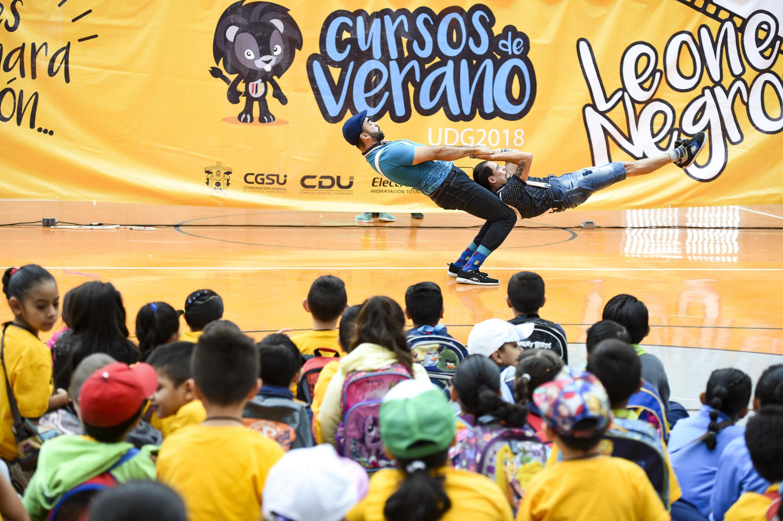 Atletas haciendo demostraciones de maniobras de gimnasi.