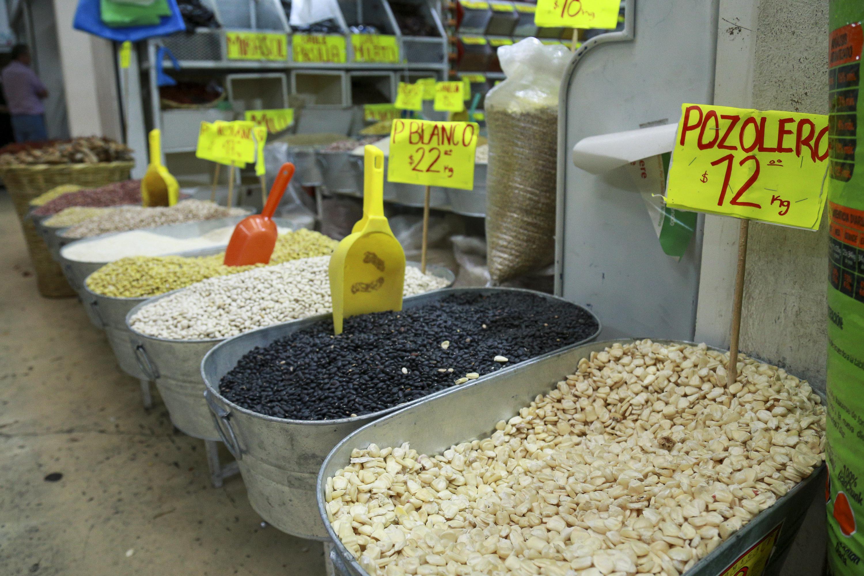 Local de un mercado popular donde venden maiz, frijol y otros granos