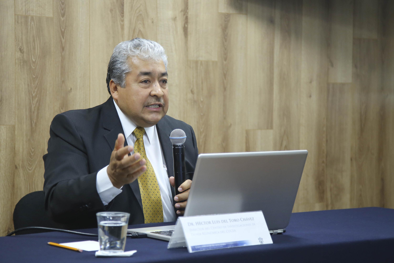 El doctor Hector Luis del Toro dio una entrevista a medios desde la sala de prensa de la UDG