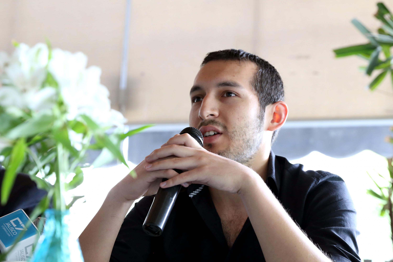 Licenciado Alejandro Gaytán González, Coordinador del Área de Investigación del ICAAFYD, con micrófono en mano, haciendo uso de la palabra.