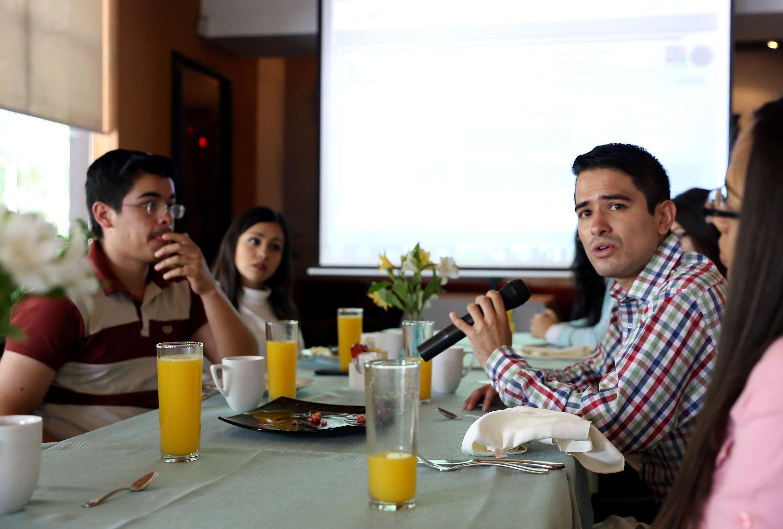 Licenciado en nutrición Sergio Alejandro Copado Águila,con micrófono en mano, haciendo uso de la palabra.