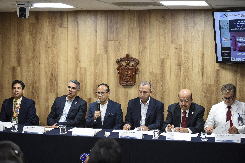 Director General del OPD Hospital Civil de Guadalajara (HCG), doctor Héctor Raúl Pérez Gómez, haciendo uso de la palabra durante rueda de prensa