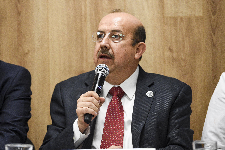 Jefe de la División Pediátrica del HCG Dr. Juan I. Menchaca, doctor Luis Gustavo Orozco Alatorre, haciendo uso de la palabra durante rueda de prensa