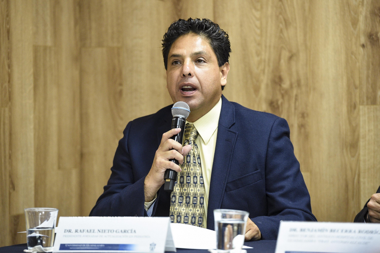 Doctor Rafael Nieto Garcia, participando en rueda de prensa