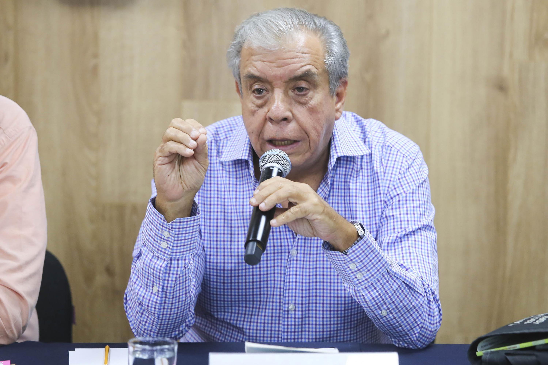 Maestro José María Chávez Anaya, especialista del Departamento de Producción Forestal, del Centro Universitario de Ciencias Biológicas y Agropecuarias de la Universidad de Guadalajara; con micrófono en mano haciendo uso de la palabra, durante rueda de prensa.