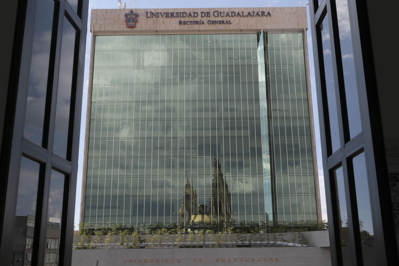 Fachada del Edificio de Rectoría General de la Universidad de Guadalajara, visto desde un balcón del Paraninfo Enrique Díaz de León.