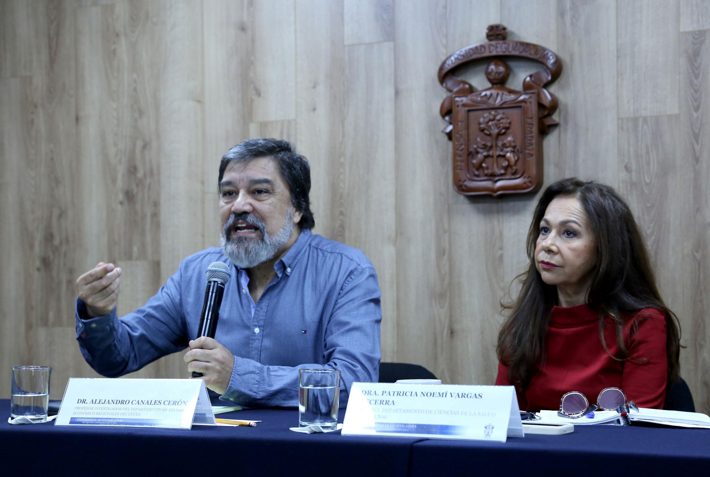 Los dos investigadores durante la entrevista a medios en la sala de prensa de la UDG