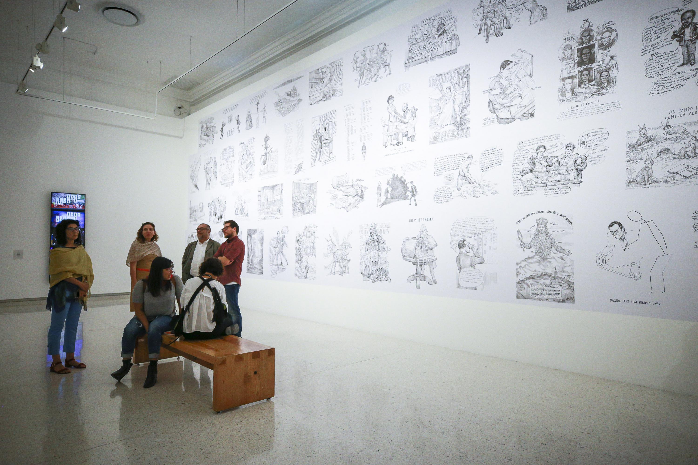 """Autoridades del museo en compañía de invitados en la muestra de las piezas en dibujo de artistas mexicanos que conforman la exposición """"Lecturas de un territorio fracturado""""."""