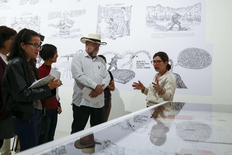 Licenciada Laura Ayala Castellanos, Coordinadora de Exposiciones y Educación del museo, explicando la exposición a los invitados al MUSA.