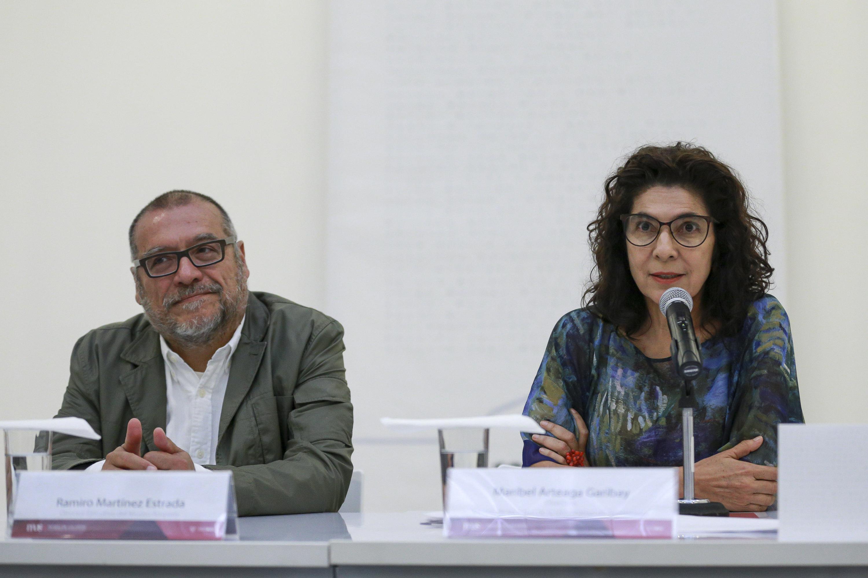 Directora del MUSA, maestra Maribel Arteaga Garibay, con micrófono en mano haciendo uso de la palabra, durante rueda de prensa.