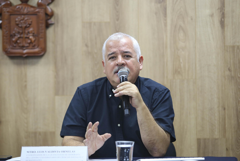 Coordinador de la licenciatura en Geografía del CUCSH, maestro Luis Valdivia Ornelas, hablando frente al microfono
