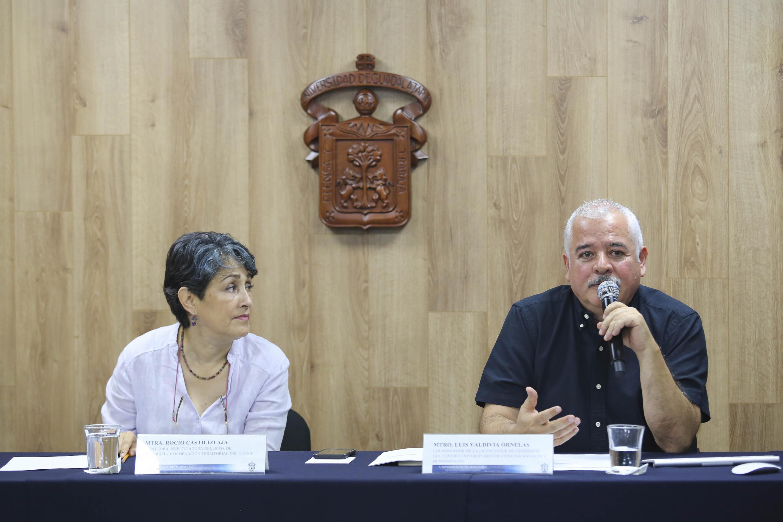 Coordinador de la licenciatura en Geografía del CUCSH, maestro Luis Valdivia Ornelas, haciendo uso de la palabra durante rueda de prensa