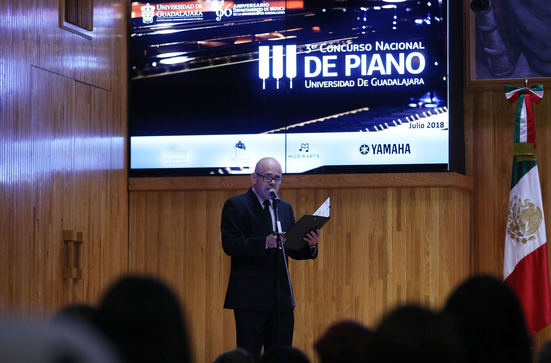 El presentador dando anuncio de los resultados