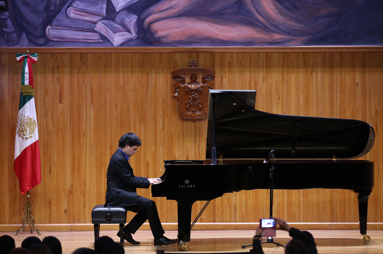 Un ganador del concurso de piano interpretando una pieza musical