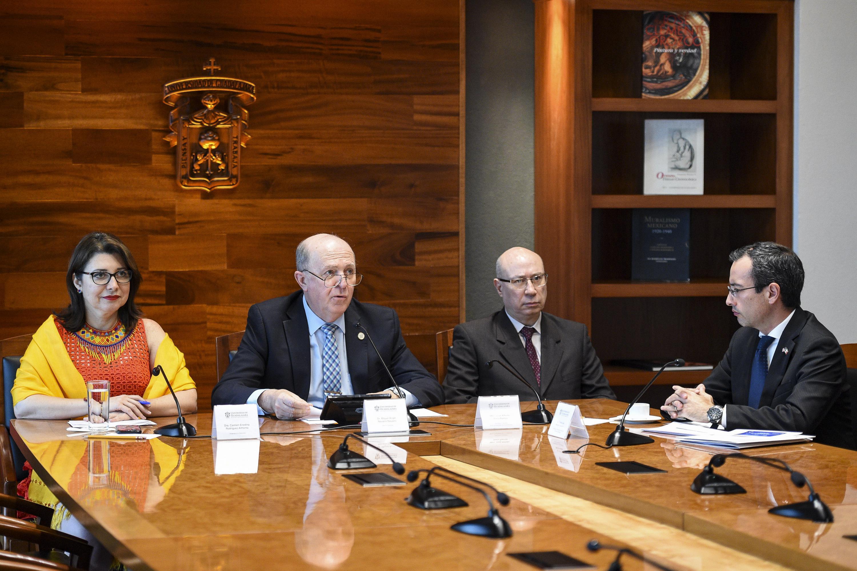 Rector General de la UdeG, doctor Miguel Ángel Navarro Navarro, encabezando la conferencia de prensa.