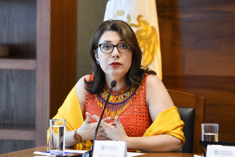 Doctora Carmen Enedina Rodríguez Armenta, Vicerrectora Ejecutiva de la Universidad de Guadalajara, participando en rueda de prensa.
