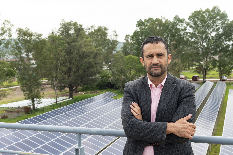 El Maestro Sergio Graf posando junto al Instituto de Energías Renovables del Centro Universitario de Tonalá