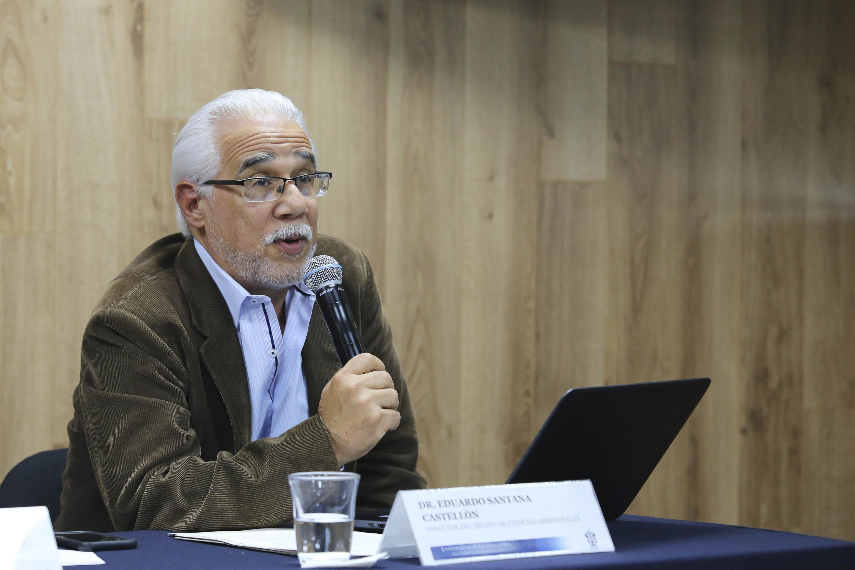 Dr. Eduardo Santana Castellon estaba presente en la mesa de la rueda de prensa